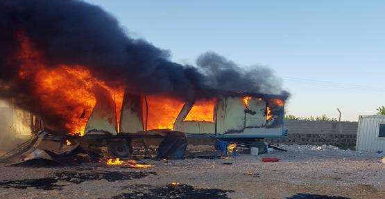 Urfa'da  konteyner alev alev yandı