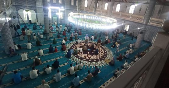 Şanlıurfa'da camilerde bayram namazı coşkusu