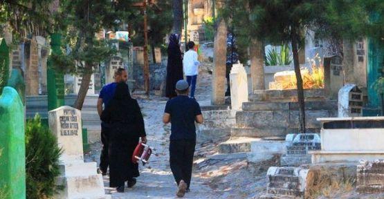 Şanlıurfa'da vatandaşlar mezarlıklara akın etti