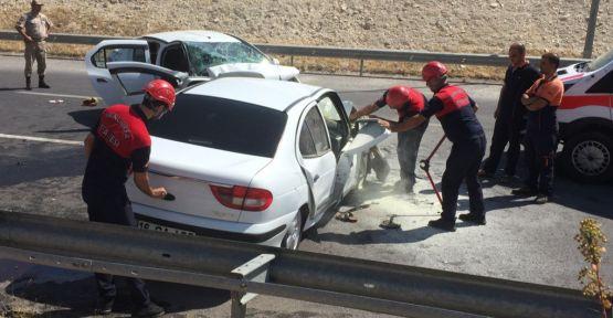Urfa'da otomobiller kafa kafaya çarpıştı: 1 ölü, 5 yaralı
