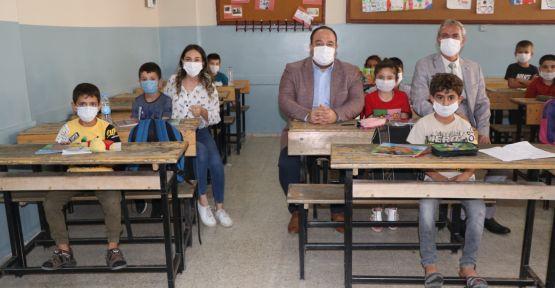 Başkan Ekinci, okulun ilk gününde öğrencileri yanlız bırakmadı
