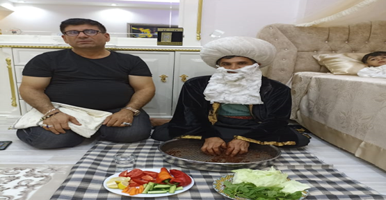 Sünnet ziyaretine katılan Nasrettin hoca çiğköfte yoğurdu