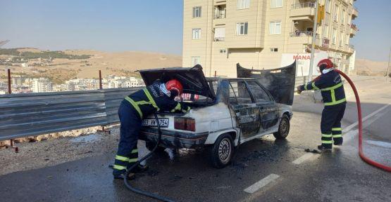 """Urfa""""da seyir halindeki otomobil yandı"""
