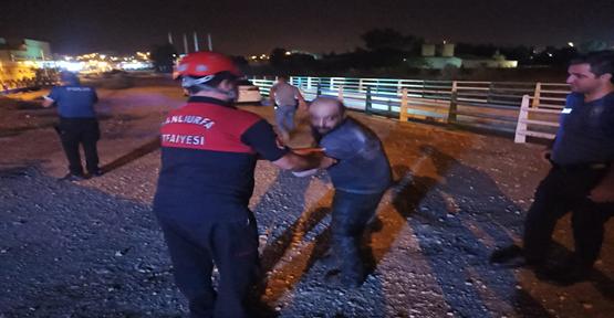 Urfa'da kanala düşen adamı itfaiye kurtardı