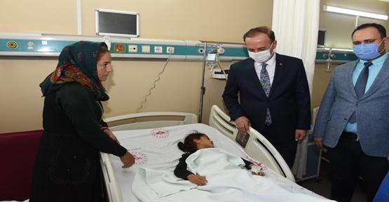 Vali Erin, Kazada yaralanan küçük kızı hastanede ziyaret etti