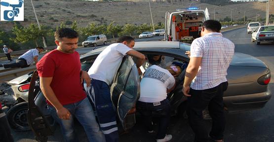 Araç Bariyerlere Vurdu. 3 yaralı