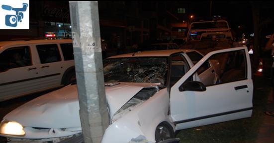 Araç Direğe Çarptı: 6 Yaralı