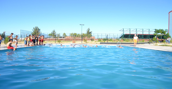 Çocuklar Yüzme Kurslarının Keyfini Yaşıyor