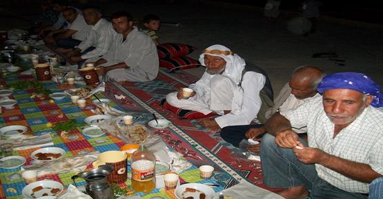 Harran'da Kadir Gecesinde tatlı İkram Edildi