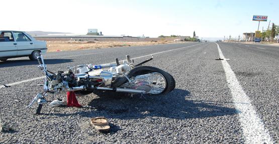 Motosiklet ile Tır çarpıştı 3 yaralı