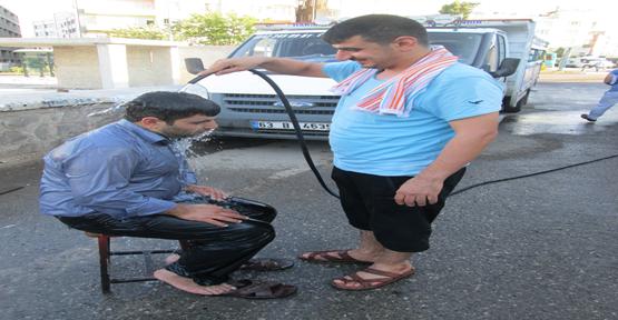 Sıcaktan bunalan vatandaş serinlenmeye çalışıyor