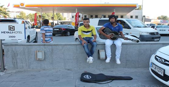 Sokaklarda Gitara başladılar