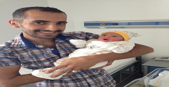 Suriyeli aile kızlarını kucağına aldı
