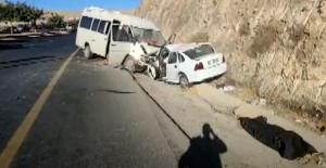 Şanlıurfa'da otomobil minibüs ile çarpıştı, 1 ölü, 17 yaralı