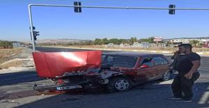 Şanlıurfa'da otomobil kamyona çarptı
